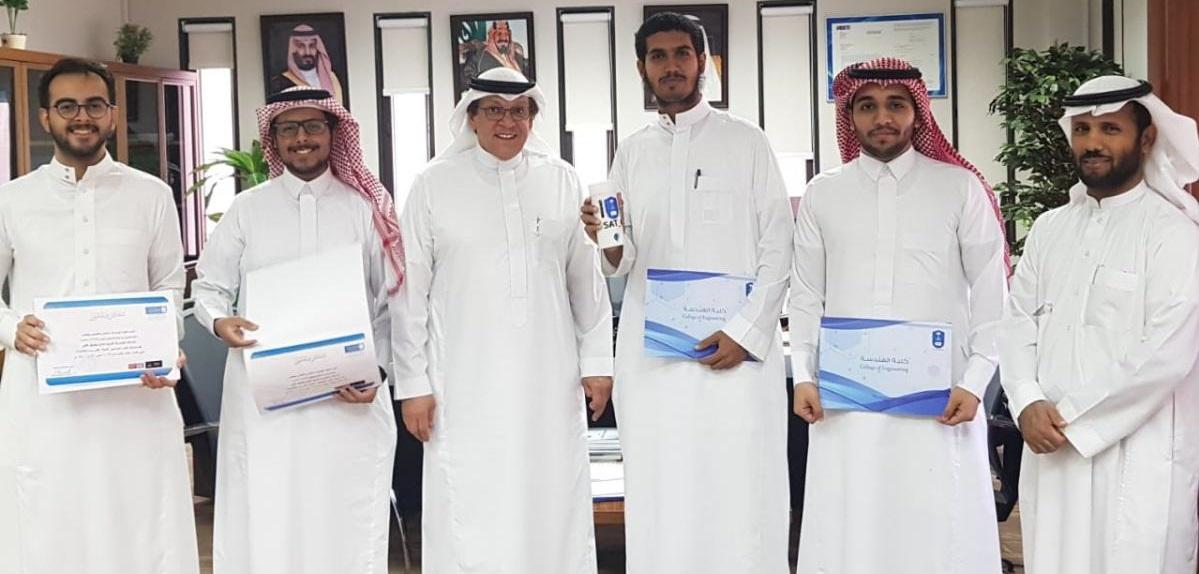 الهندسة تقدم جوائز وشهادات... -